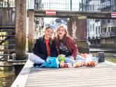 Isa en Guusje picknicken aan de haven: 'Meestal kopen we snoep, nu een keer aardbeien en crackers'