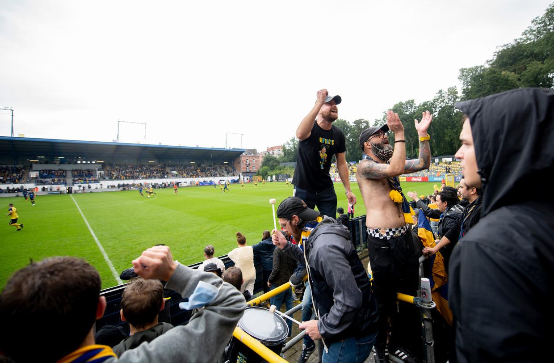 De fans van Union Saint-Gilloise bouwen een feestje in het Joseph Marienstadion. Beeld BELGAIMAGE