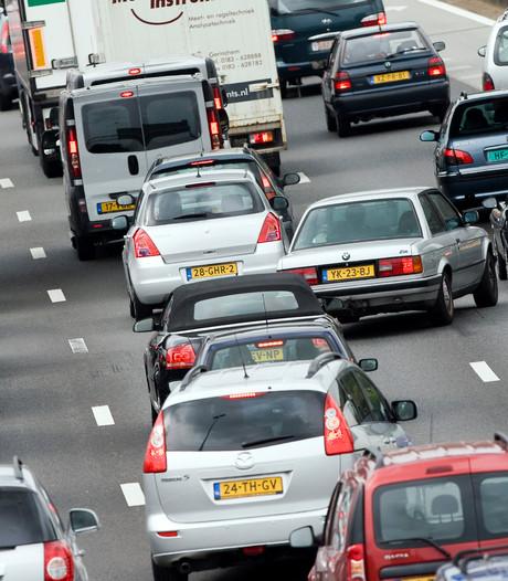 Auto met opgeblazen motor zorgt voor file op A59 bij Waalwijk