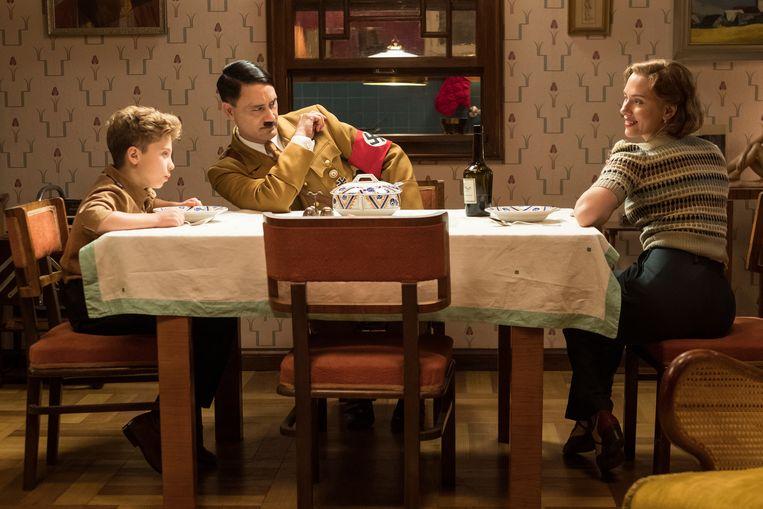 Jojo (Roman Griffin Davis), Adolf (Taika Waititi) en Rosie (Scarlet Johansson) in 'Jojo Rabbit'. Beeld RV