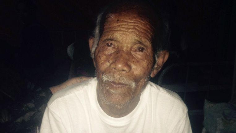 Funchu Tamang, een man van 101 jaar oud, is een week na de aardbeving levend onder het puin vandaan gehaald. Hij zit hier in het ziekenhuis op een bed. Beeld afp