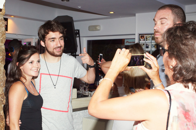 Oliver Heldens gaat met fans op de foto.