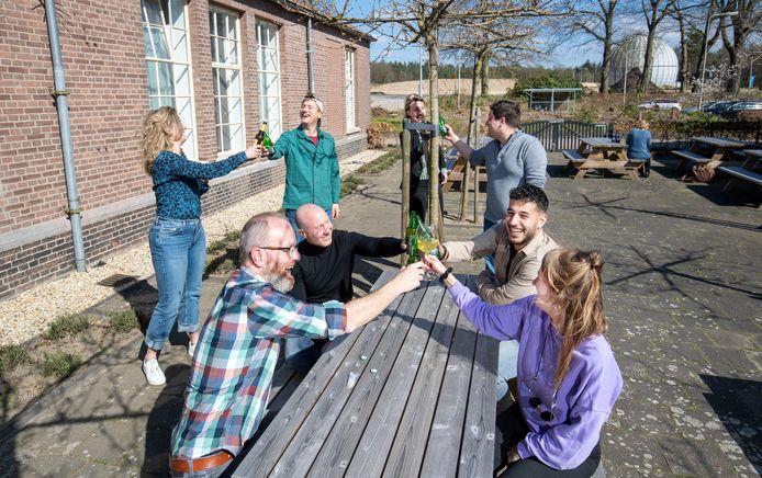 Werknemers van drie Edese bedrijven, waaronder marketingbureau Shoot My Food, krijgen volgende week vrijdag verplicht vrij om de heropening van de terrassen te vieren. De rekening wordt zelfs betaald door de werkgever.
