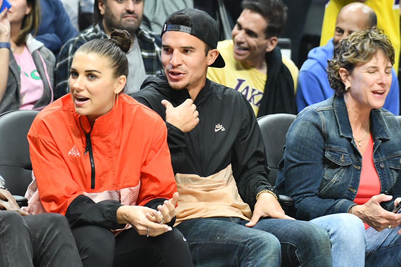 Alex Morgan en haar man Servando Carrasco tijdens de basketbalwedstrijd tussen de Los Angeles Clippers en de Los Angeles Lakers.