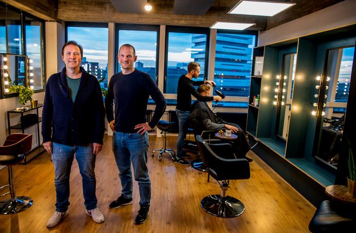 Camiel Crain (links) en Luuk van Wijmen bieden flexibele werkplekken voor zelfstandige kappers en andere beauty-professionals. Ze runnen al maanden een goedlopende testplek aan de Schiekade. In februari openen ze hun nieuwe, grotere locatie in het centrum van Rotterdam.