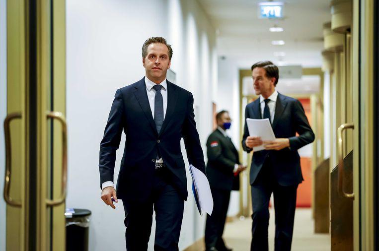 Demissionair premier Mark Rutte en demissionair minister Hugo de Jonge (Volksgezondheid, Welzijn en Sport) voorafgaand aan de persconferentie dinsdagavond. Beeld ANP / Sem van der Wal