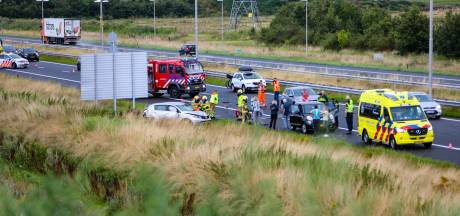 Meerdere gewonden bij ernstig ongeluk op A50 bij Apeldoorn-Noord, brandweer bevrijdt persoon uit auto