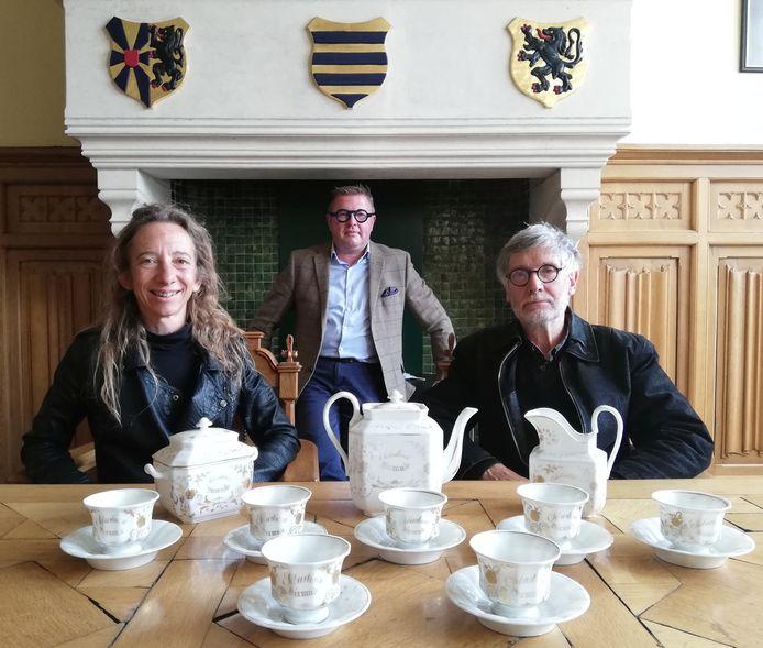 Erfgoedschepen Katleen Winne, stadsarchivaris Chris Vandewalle en Rik Ryon