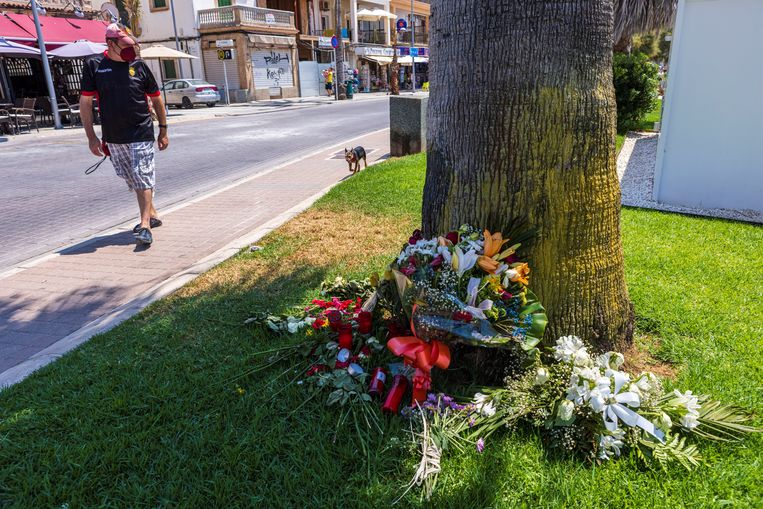 Bloemen op de plek op Mallorca waar de 27-jarige Nederlander bij een vechtpartij om het leven kwam. Beeld EPA