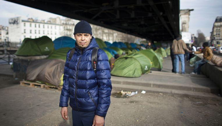 De Egyptenaar Saad (30) bij het tentenkamp onder de bovengrondse metro, waar honderden vluchtelingen verblijven. Beeld Bart Koetsier