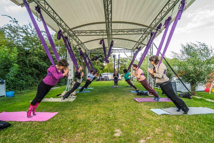 Aerial yoga op de camping Delftse Hout.