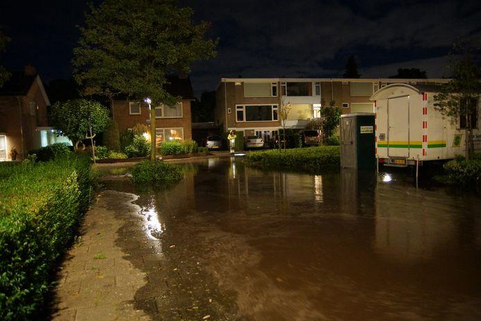 Door het vele water dat door de gesprongen waterleiding vrijkwam, sprong ook de riolering.