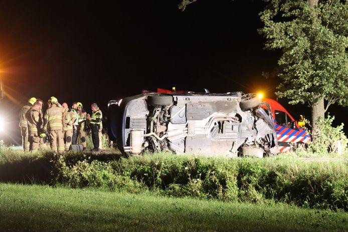 De auto van de 20-jarige man uit Harskamp ligt op zijn kant op de Broekdijk in Lunteren. De man kwam door het ongeval om het leven.