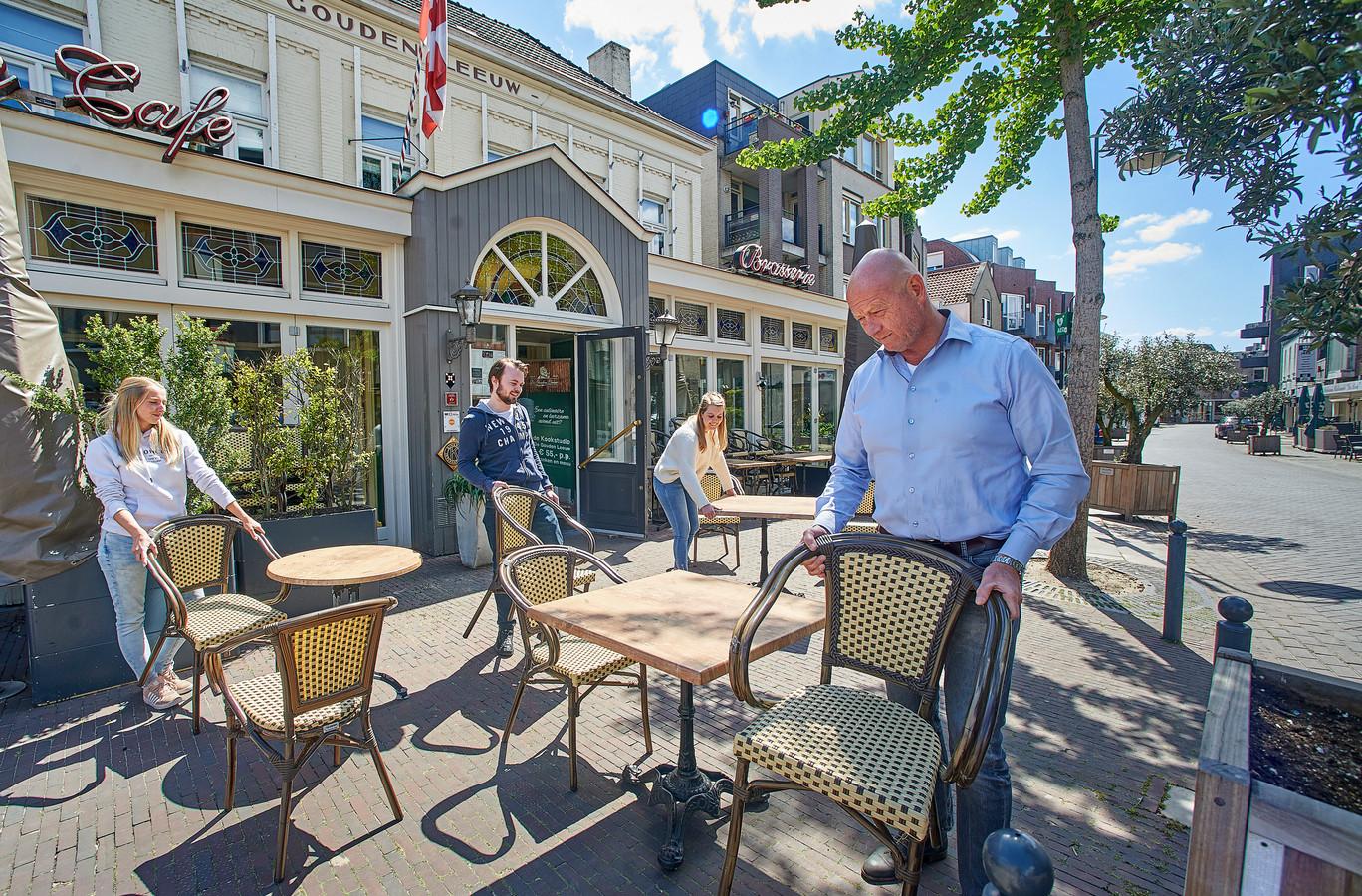 Alex van Rossem bij voorbereidingen vorig jaar voor de heropening van De Gouden Leeuw te Veghel.