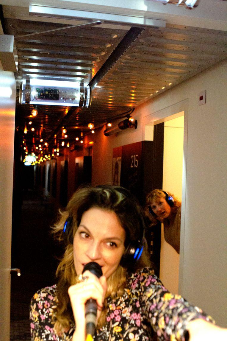 Stephanie Louwrier in de gang van het Zoku Hotel. Beeld Melvin Simons