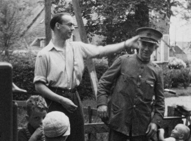 Berend Bakker (met pet) omgeven door dorpsgenoten. Rechtsonderin: Harry Leo Davids, onderduiker uit Amsterdam. Beeld Fries historisch centrum Tresoar