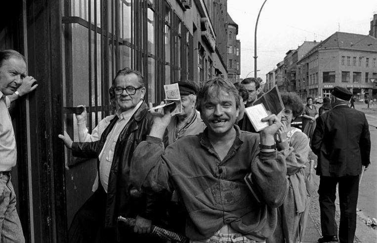 Juni 1990. Een DDR-burger toont dolgelukkig zijn eerste D-Marken. Berndt Marmulla: