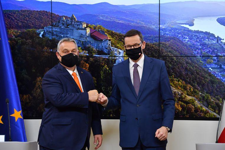 Orbán en Morawiecki bij aanvang van de Europese top donderdag.  Beeld EPA