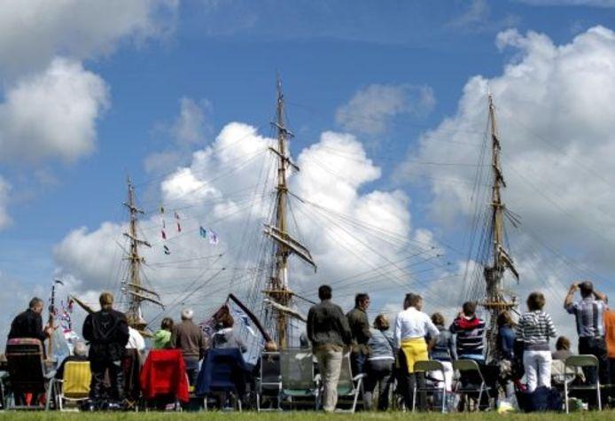 Bezoekers van Sail 2010 bekijken een driemaster. ANP