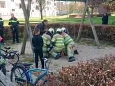 Kind zit klem in schommel: brandweer grijpt in