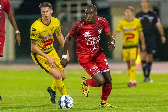 Milan Cambier (l.) legt het in dit duel af tegen Medard Rolfes, maar scoorde kort na de hervatting een fraaie goal.