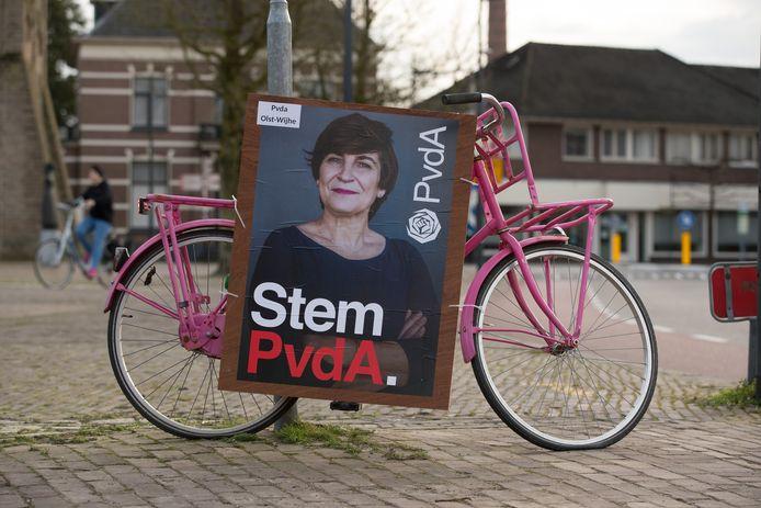 In hartje Olst staat een roze fiets. Die staat er niet zomaar: de lokale PvdA-afdeling gebruikt de tweewieler om de verkiezingsposter een opvallend plekje in het dorp te geven.