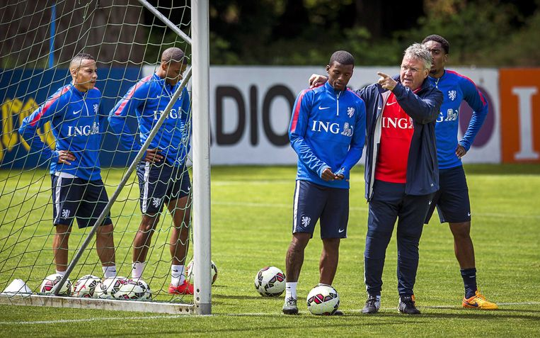epa04768379 Dutch national soccer team head coach Guus Hiddink (2-R) gives instuctions during the team's training session in Hoenderloo, The Netherlands, 26 May 2015. The team is preparing for the friendly match against the USA on 05 June 2015.  EPA/REMKO DE WAAL Beeld null