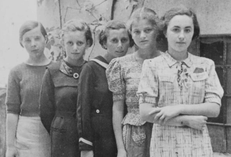 Twee van de vijf meisjes op deze foto - genomen in Humenné, Slowakije rond 1936 - werden op 25 maart 1942 naar Auschwitz gestuurd, als onderdeel van het eerste officiële transport van Joden naar het vernietigingskamp. Anna Herskovic (tweede van links) noch Lea Friedman (vierde van links) overleefden.