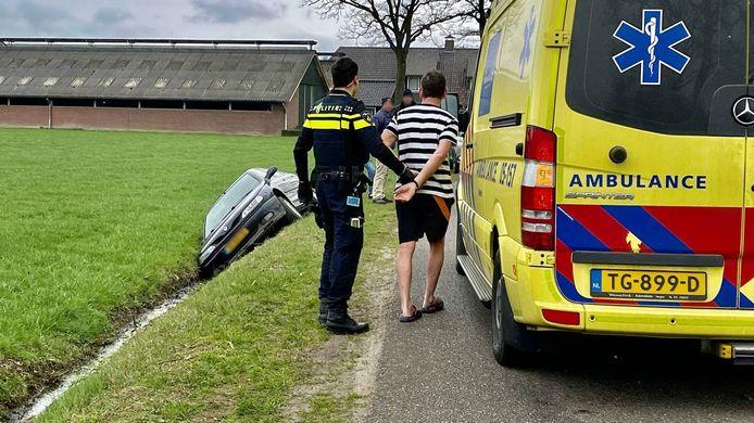 De dronken man wordt ingerekend door agenten.