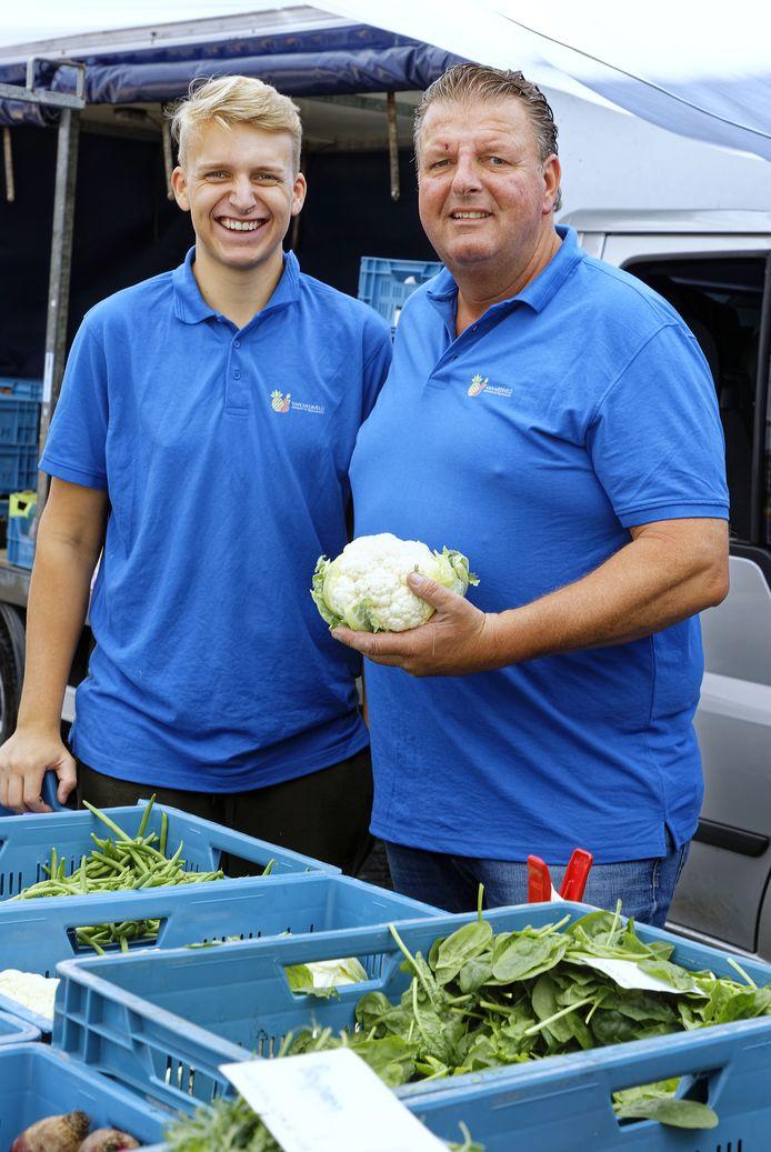 Marktkoopman Martin van Meerveld (rechts) met zijn zoon Mark.