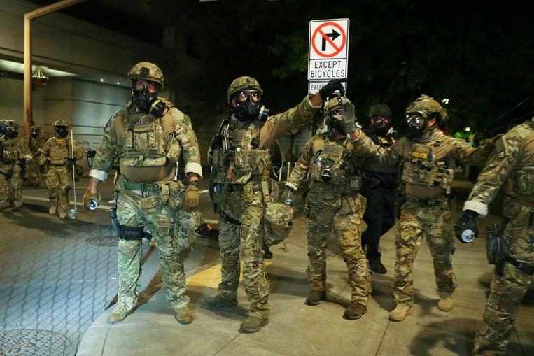 In de VS groeit de ophef over de inzet van onduidelijke, in camouflagepakken gestoken federale agenten in Portland, Oregon.  Beeld AP