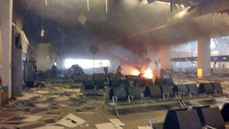 De vertrekhal van de luchthaven kort na de explosies. Beeld