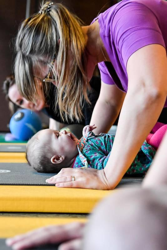 Tijdens het pompen ligt de baby voor de moeder, zodat die het gezicht van mama op en neer ziet gaan.