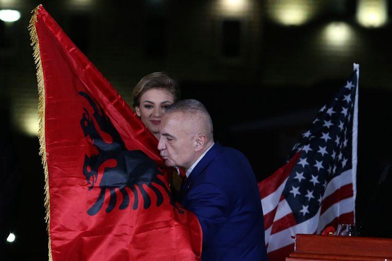 De Albanese  president Ilir Meta kust de vlag van zijn land tijdens een rally in Tirana.  Beeld null