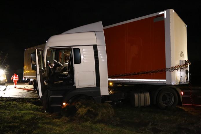 De truck met oplegger schaarde toen de combinatie in de berm terecht kwam.