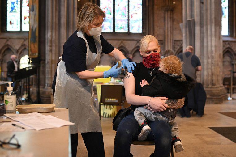 Mensen ontvangen hun vaccinatie in de kathedraal van Lichfield, in het midden van Engeland.  Beeld AFP
