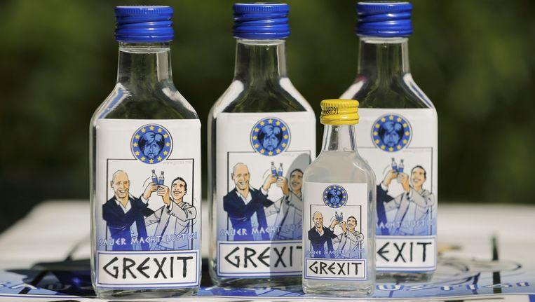 Flesjes met wodka met het Grexit-logo, gecreëerd door de Duitser Uwe Dalhoff. Beeld REUTERS
