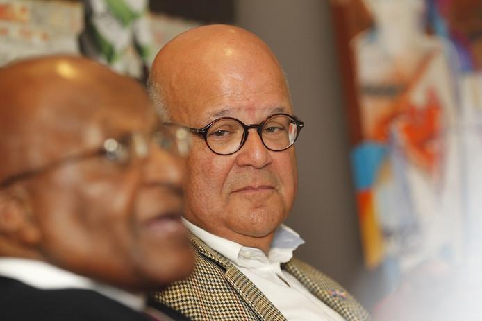 Harold Robles (rechts) met op de voorgrond Desmond Tutu.