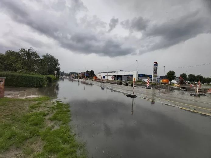 Chaussée inondée à Beveren.