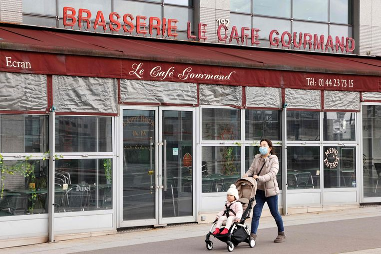Een vrouw met een kinderwagen in Parijs. Zelfs in Frankrijk, het land met het hoogste geboortecijfer binnen de EU, daalde het aantal geregistreerde geboortes in januari met 13 procent.  Beeld AFP