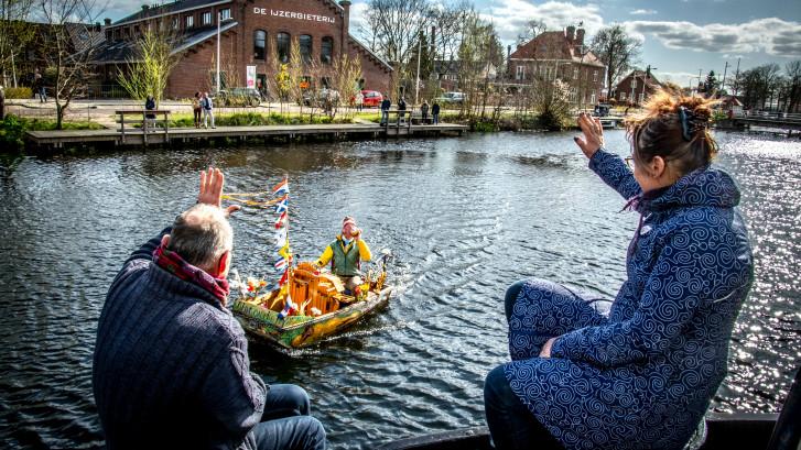 Muziekboot duikt op in Tilburgse haven voor quarantaine-serenade: 'Ik ben al veertien dagen bezig'