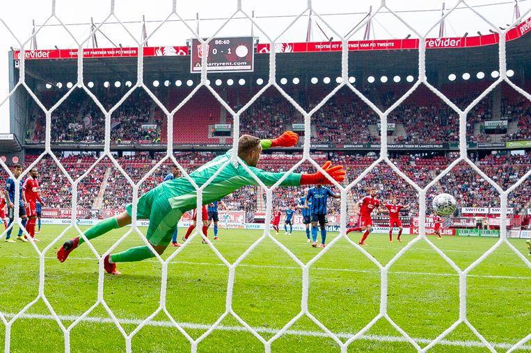 Ajax-keeper Maarten Stekelenburg is niet opgewassen tegen het schot van FC Twente-speler Robin Pröpper. Beeld Pro Shots / Ron Jonker