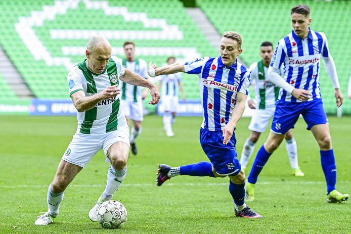 Arjen Robben snelt langs Halilovic.