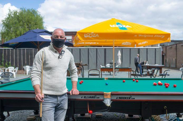 Steve Verelst bij een van zijn snookertafels op zijn terras.