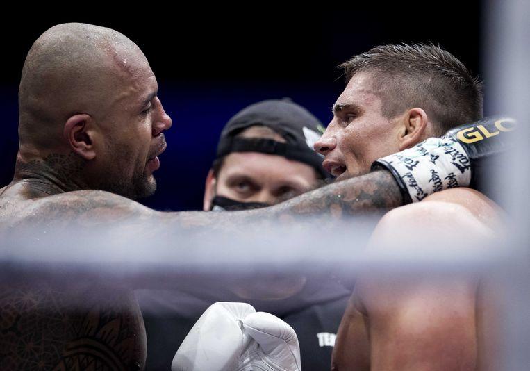 Kickbokser Rico Verhoeven en Hesdy Gerges tijdens de Glory 77. Verhoeven zou eigenlijk tegen Jamal Ben Saddik vechten. Maar die heeft zich teruggetrokken met een rugblessure. Beeld ANP
