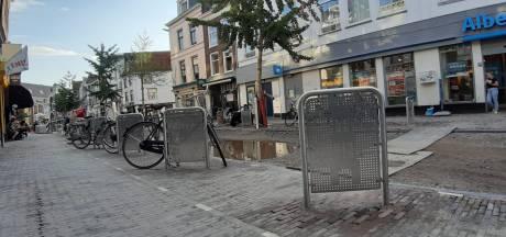 Nieuwe fietsnietjes in de Utrechtse binnenstad, maar echt handig zijn ze niet...