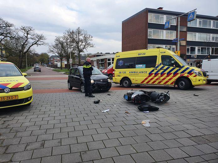 De scooterrijder en automobilist botsten op elkaar ter hoogte van de Molenweg en Planetenlaan.