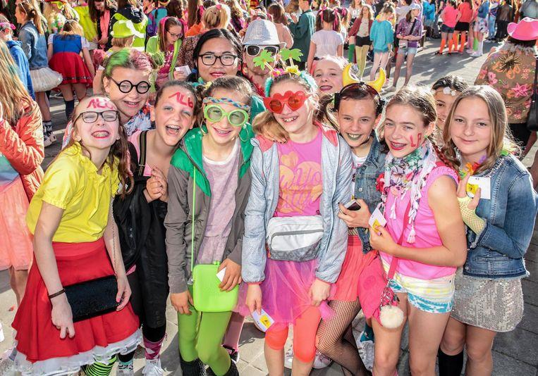 Leerlingen droegen kledij met felle kleuren en dito zonnebrillen.