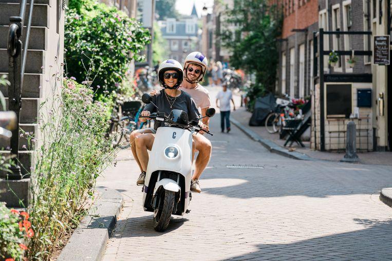 Er komen steeds meer elektrische deelscooters in Amsterdam. Naast snorfietsen van Felyx zijn nu ook voertuigen van Check beschikbaar. Beeld Check