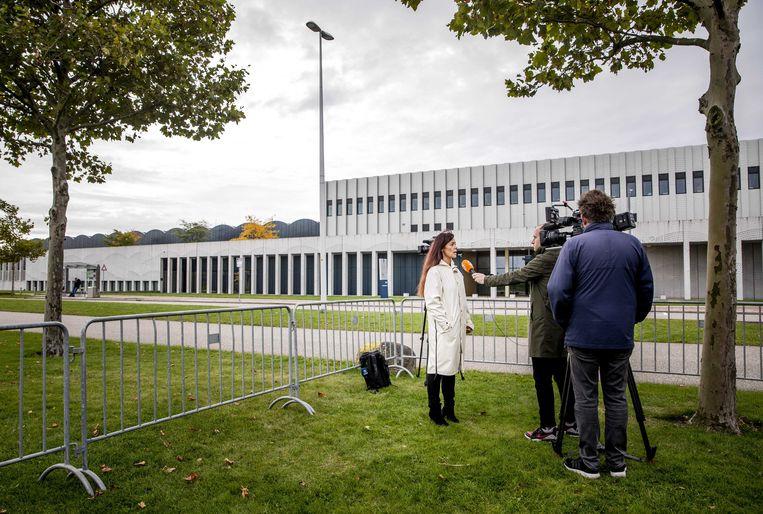 Pers bij de extra beveiligde rechtbank op Schiphol, waar de pro formazitting in de strafzaak Marengo plaatsvindt.  Beeld ANP